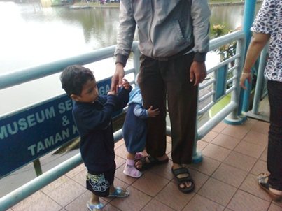 abi n kids at dermaga.jpg