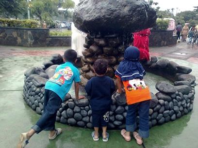 kids at air mancur.jpg