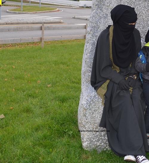 lady in black niqab