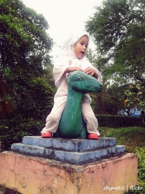 aisyafra naik dinosauruss :D