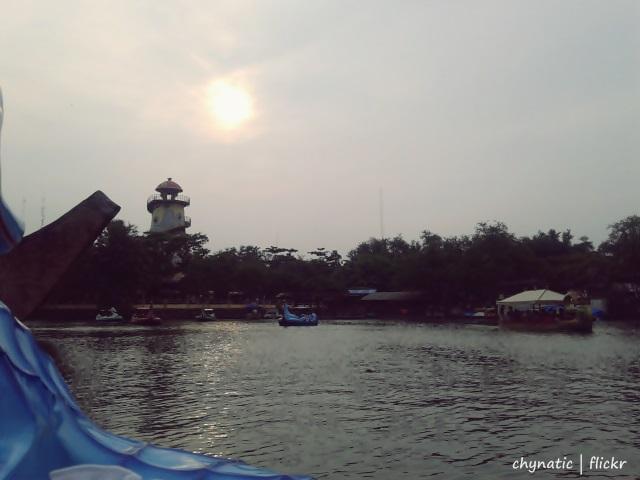 menikmati matahari sore di danau fantasy island..