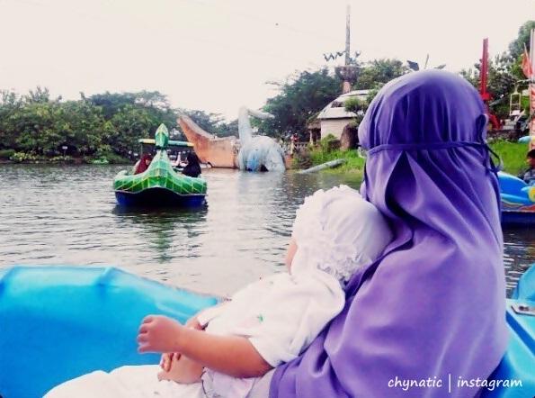 naik perahu bebek aka sepeda air :)