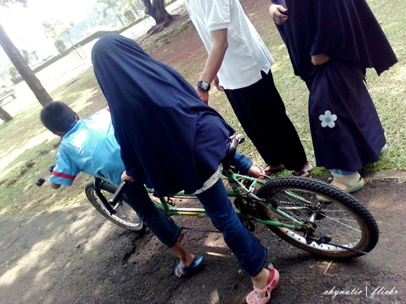 zaid n zahra naik sepeda..
