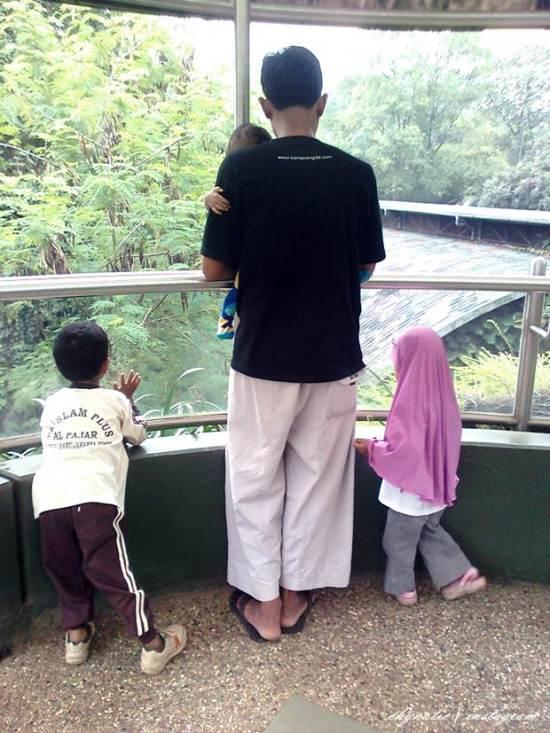 aa and kids at pusat primata schmutzer
