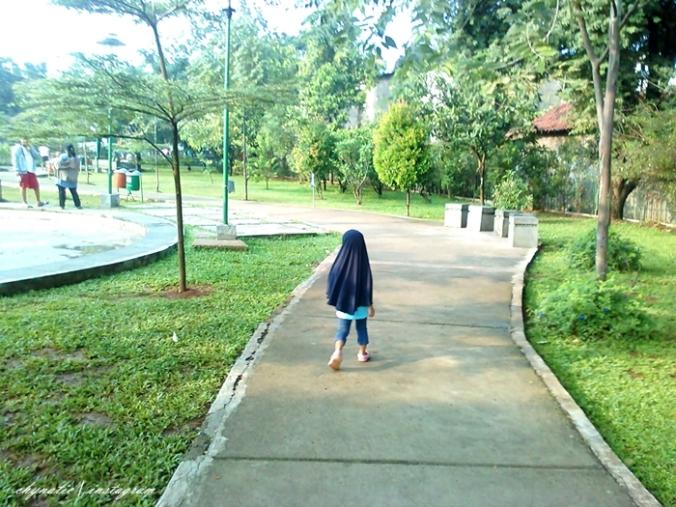 jalan jalan di taman mahoni